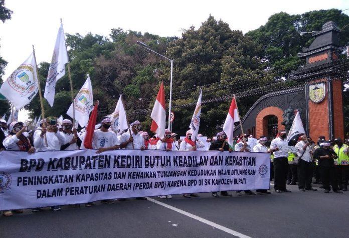 Tuntut Naikkan Gaji, Ratusan Anggota BPD Geruduk Kantor DPRD Kediri